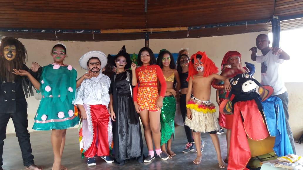Crianças durante oficina de teatro da EMEF Profº Waldir Garcia