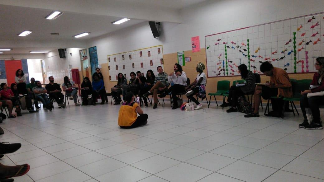 Atividade na escola após reforma do piso