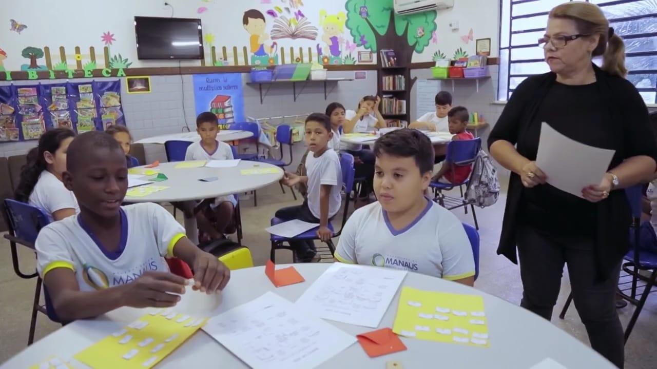 Salas de aula com mesas redondas