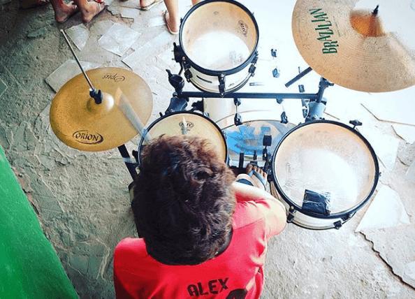 Aula de bateria do projeto Esperança e Vida na Amazônia