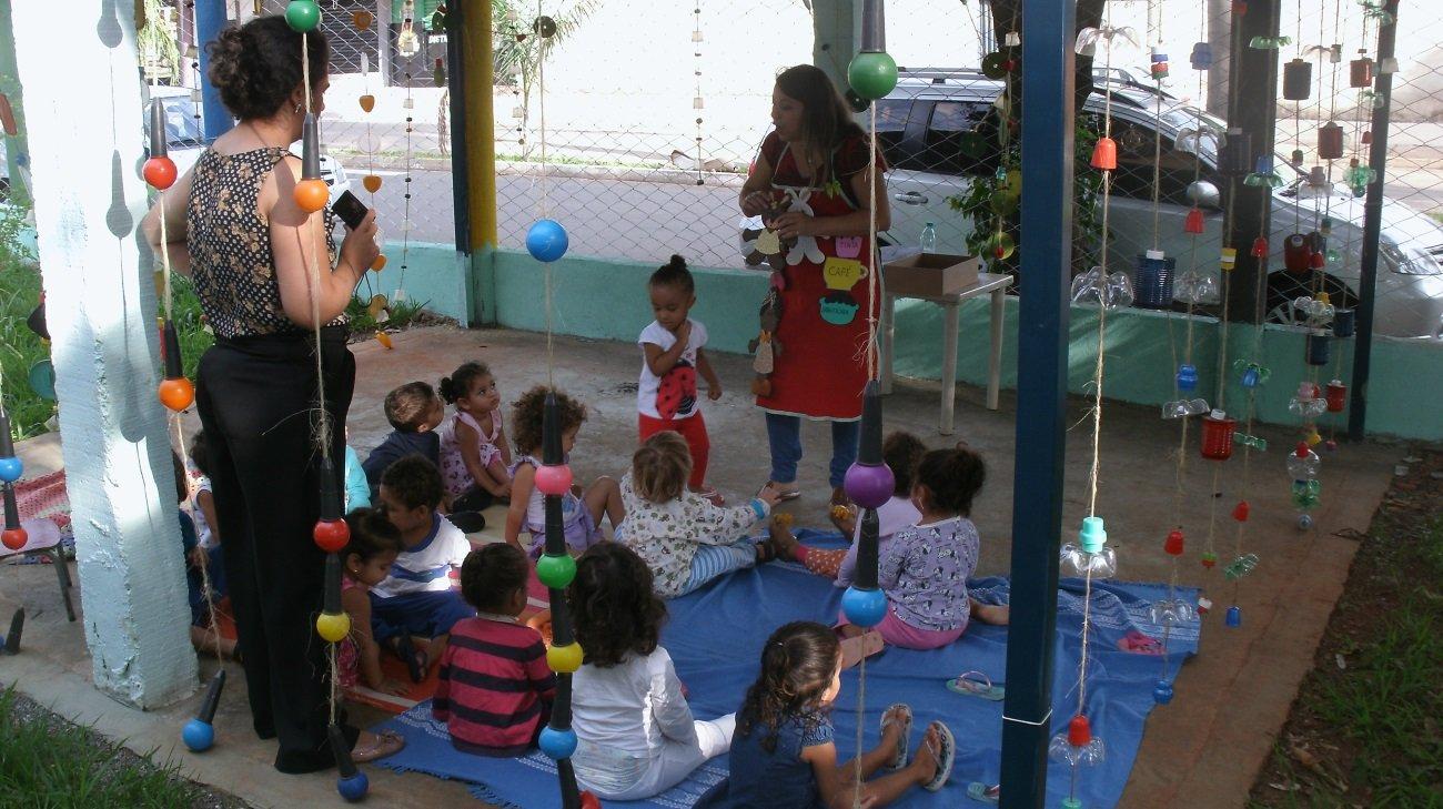 crianças brincam no pátio da escola infantil CMEI Tempo de infancia_