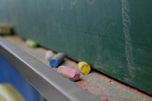 imagem mostra lousa de sala de aula e giz colorido. Marcos Santos/USP Imagens