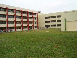 Unipampa - Campus Bagé. Imagem mostra gramado com prédio grande ao fundo (Foto: Divulgação)