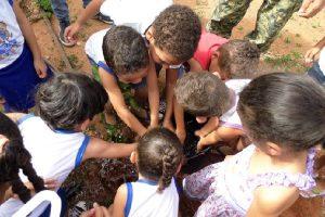 sete_crianças_realizando_plantio _criativos na escola