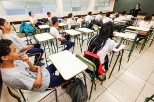 Imagem de sala de aula com alunos sentados e professora à frente. Vola às aulas na Escola Estadual Tiradentes. Curitiba, 10/06/2015. Foto: Pedro Ribas/ANPr