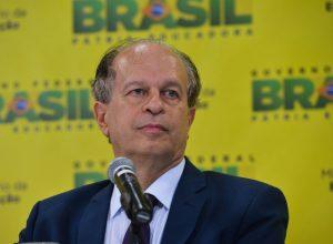 O novo ministro da Educação, Renato Janine Ribeiro, fala à imprensa após cerimônia de transmissão de cargo, no ministério (Valter Campanato/Agência Brasil)