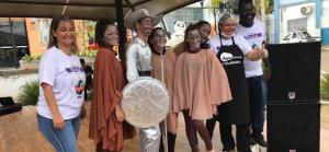 Imagem mostra estudantes em feira literária da escola EMEF Maria Luiza Fornasier