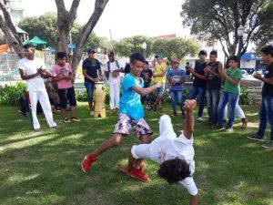 Alunos jogam capoeira. Crédito: Facebook/Reprodução