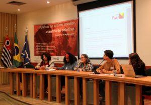 Jovens e professores sentados em mesa durante Os seminários Políticas de Ensino Médio: construção coletiva tem objetivo de ouvir jovens de todo o Brasil sobre políticas educacionais