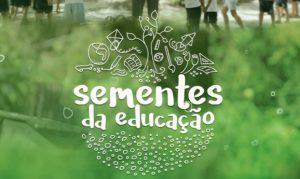 Imagem com fundo verde e a frase Sementes da Educaçao