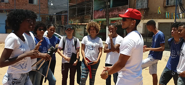 Estudantes do Colégio Estadual Norma Ribeiro (CENOR) conversam em bairro da escola
