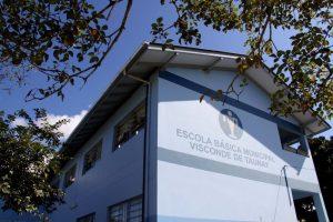 Fachada azul da EBM Visconde de Tunay. Foto: Michele Lamin/Reprodução Prefeitura de Blumenau