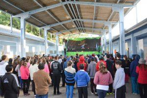 Palco de apresentações e alunos da EBM Visconde de Tunay. Foto: Michele Lamin/Reprodução Prefeitura de Blumenau