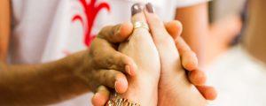 imagem mostra duas mãos unidades para representar a empatia